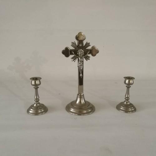 Kryžius ir dvi žvakidės