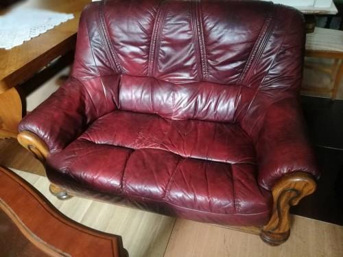 Trivietė odinė sofa mediniame rėme